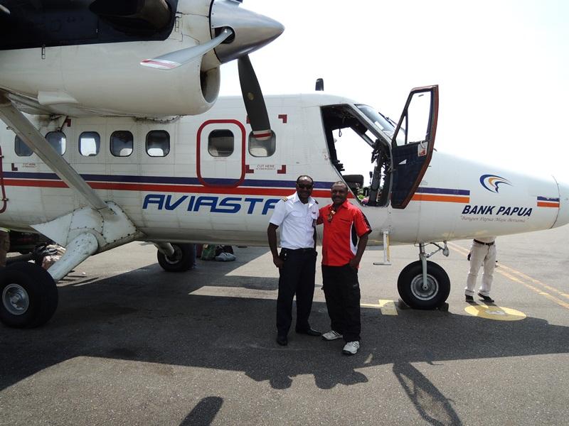 Nalio Jangkup (kiri), anak muda Amungme yang berhasil meraih cita-citanya menjadi pilot. Foto © Octovian Jangkup