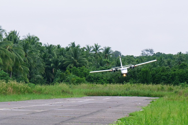 Pesawat Trigana Air mendarat di landasan udara Kaokanao, Mimika. Foto © Thobias Maturbongs